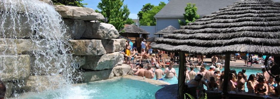 Commodore Resort Mist Pool Bar